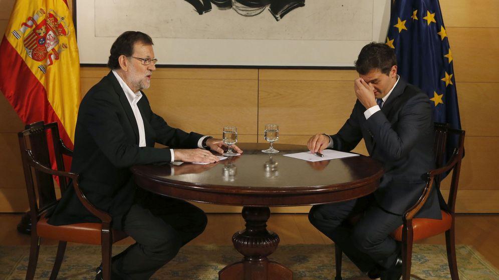 Foto: El presidente del Gobierno en funciones y del PP, Mariano Rajoy (i), durante la reunión que mantuvo con Albert Rivera. (EFE)
