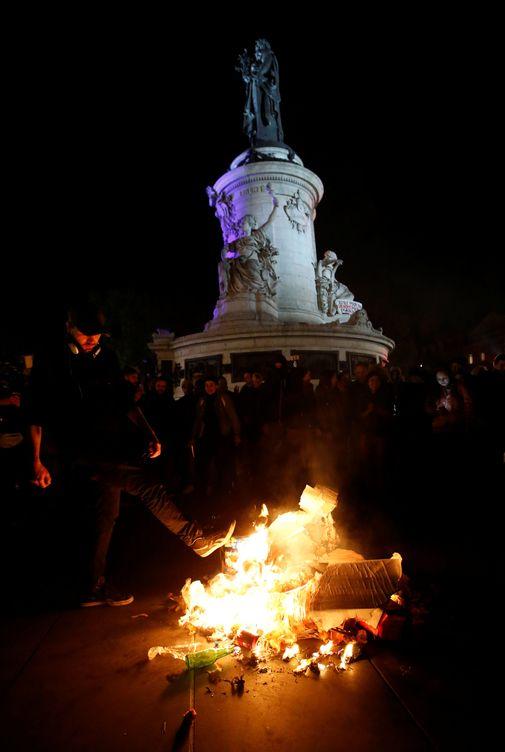 Foto: Quema de pósters con la imagen de Le Pen y Macron en la plaza de la Bastilla de París. (REUTERS)