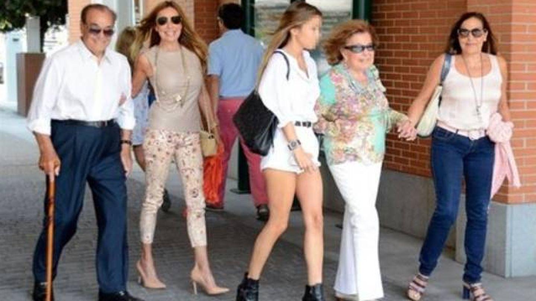La familia García Obregón, dando un paseo. (Gtres)