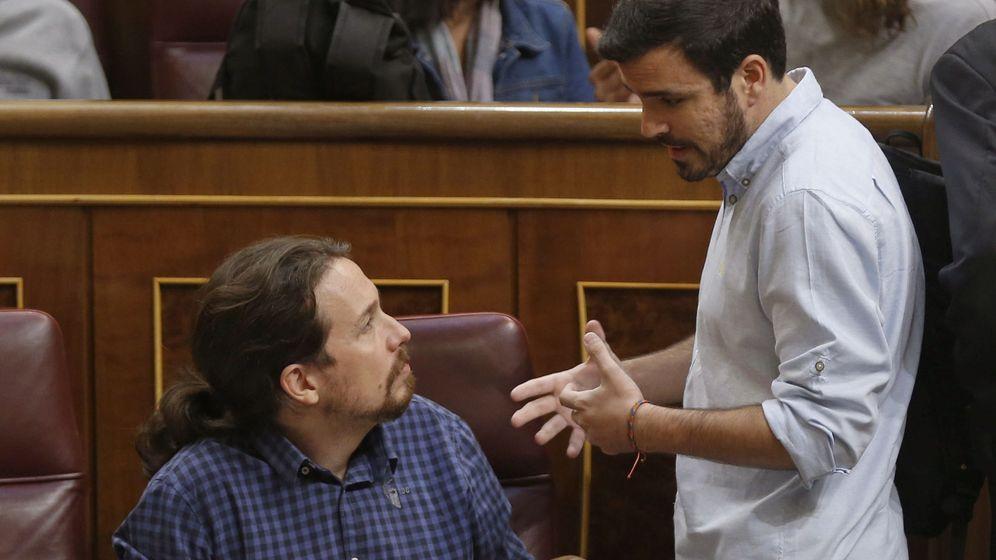 Foto: El líder de Podemos, Pablo Iglesias, conversa con el líder de IU, Alberto Garzón (d), antes del inicio del pleno del Congreso celebrado el pasado martes. (EFE)