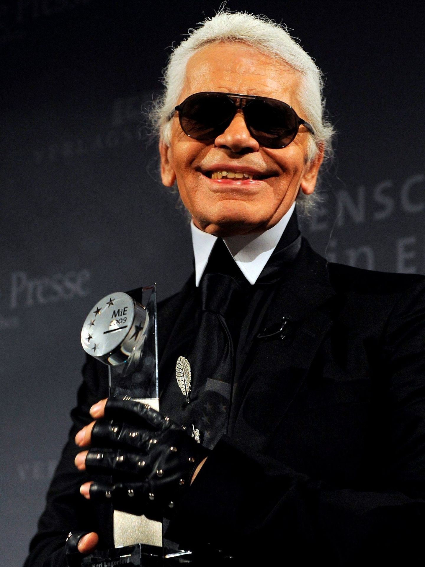 Karl Lagerfeld, recibiendo un premio en el año 2009. (EFE)