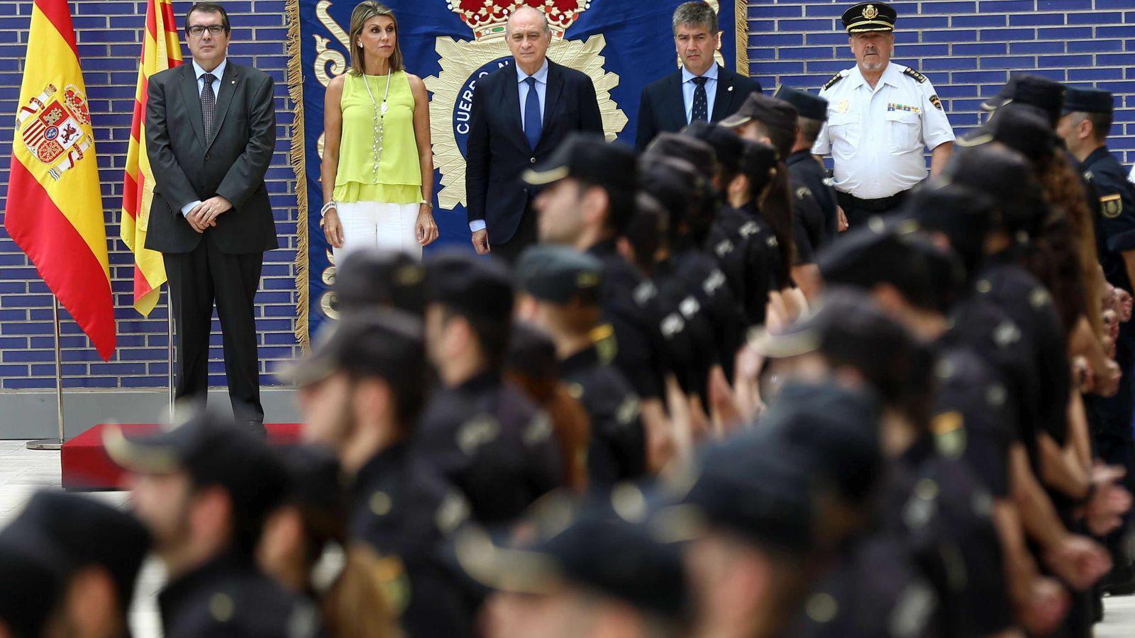 Foto: El ministro del Interior, Jorge Fernández Díaz, durante el acto de presentación de los 140 nuevos agentes de la Policía Nacional destinados en Cataluña. (EFE)