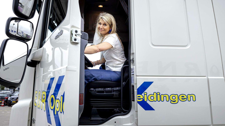 La reina, al volante de un camión. (EFE)