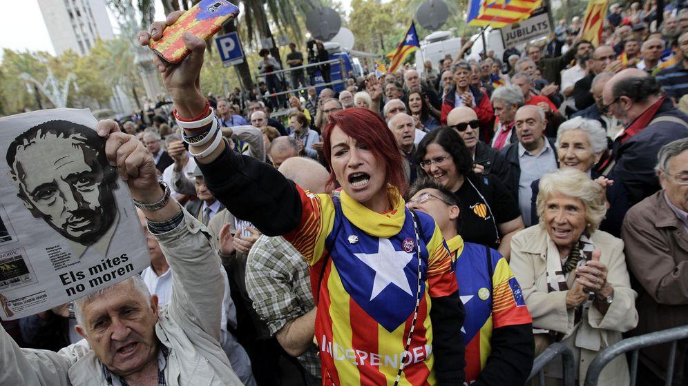 Foto: Cientos de personas se han concentrado a las puertas del TSJC para mostrar su apoyo a la consellera de Educación de la Generalitat, Irene Rigau. (EFE)