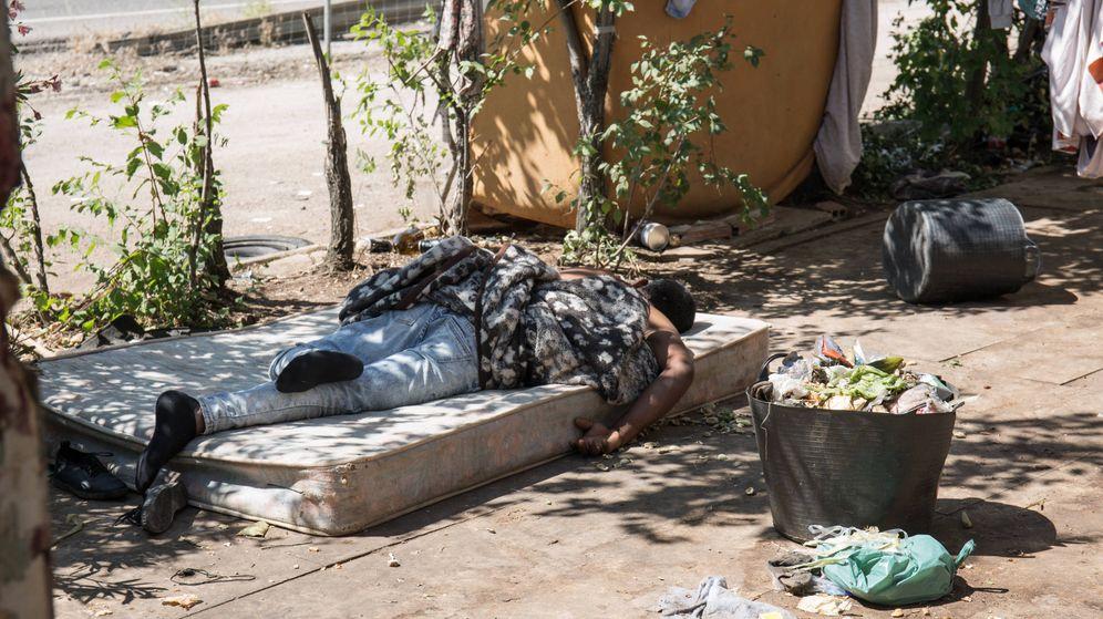 Foto: Un temporero descansa sobre un colchón raído que le sirve como alojamiento. (David Brunat)