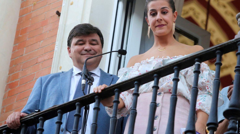 Carolina Marín, junto al alcalde de Huelva, Gabriel Cruz, en una recepción en 2018. (EFE)