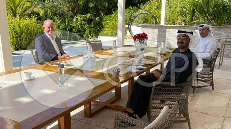 Juan Carlos, con el príncipe heredero de Abu Dabi en una imagen publicada por COPE.