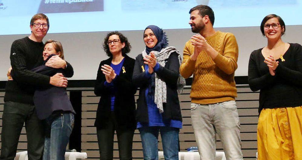 Foto: Najat Driouech a la derecha de Marta Rovira durante el acto de inicio de campaña de ERC en Vic. (EFE)