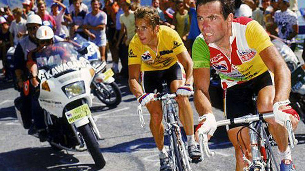 Foto: Hinault y Lemond, en su célebre subida a Alpe d'Huez en el Tour de 1986. (Foto: RTVE)