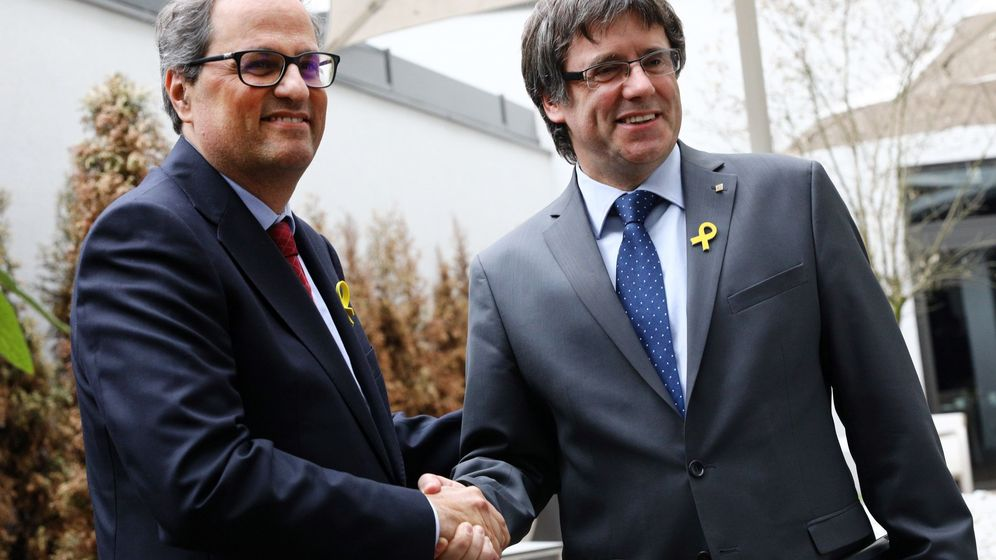 Foto: El recién elegido presidente de la Generalitat de Cataluña, Quim Torra (i), estrecha la mano a su predecesor, el expresidente regional catalán Carles Puigdemont en Berlín. (EFE)