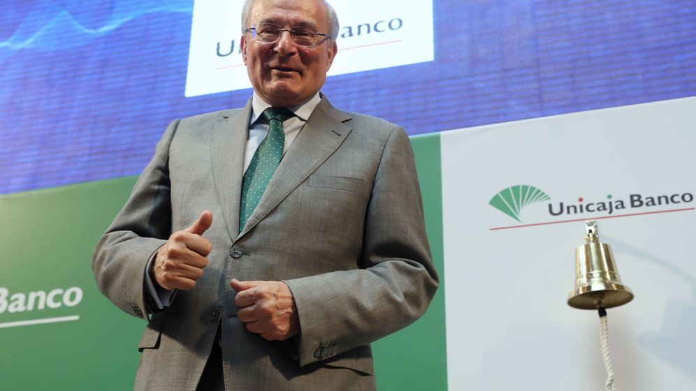 Foto: El presidente de Unicaja Banco, Manuel Azuaga, ayer, en el estreno de la entidad en bolsa. (EFE)