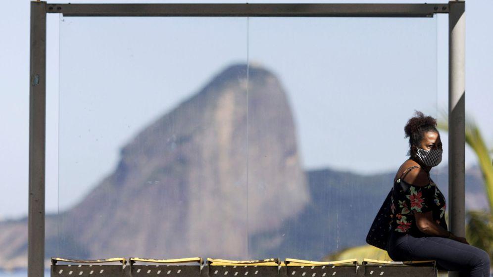 Foto: Mujer esperando al bus en la ciudad de Niteroi, cerca de Río de Janeiro (Reuters)