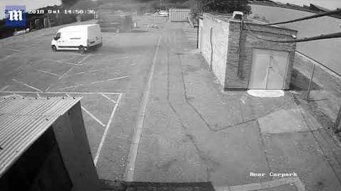 Un minitornado mueve una furgoneta y la estrella contra un muro