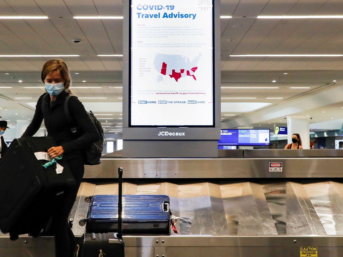 Foto: Una viajera, en el aeropuerto de LaGuardia, en Nueva York. (Reuters)