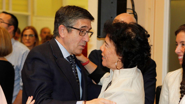 La nueva ministra de Educación y Formación Profesional, Isabel Celaá (d), saluda a Patxi López. (EFE)