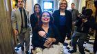 Jornada histórica en EEUU: una senadora acude a votar a la cámara con su hija recién nacida