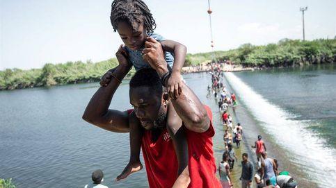 Miles de migrantes esperan en el río Bravo
