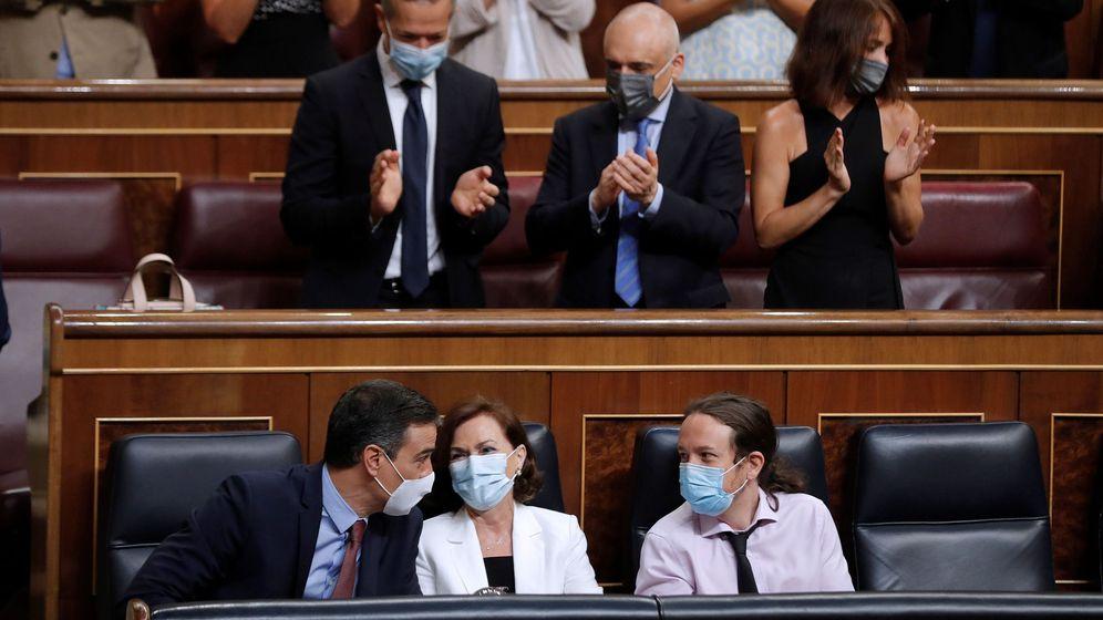 Foto: El presidente del Gobierno, Pedro Sánchez y los vicepresidentes primera y segundo, Carmen Calvo y Pablo Iglesias (i a d), durante el último pleno del Congreso. (EFE)