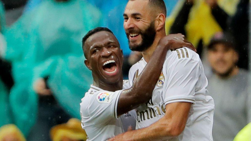 Foto: Vinicius abraza a Benzema tras el segundo gol al Levante. (Efe)