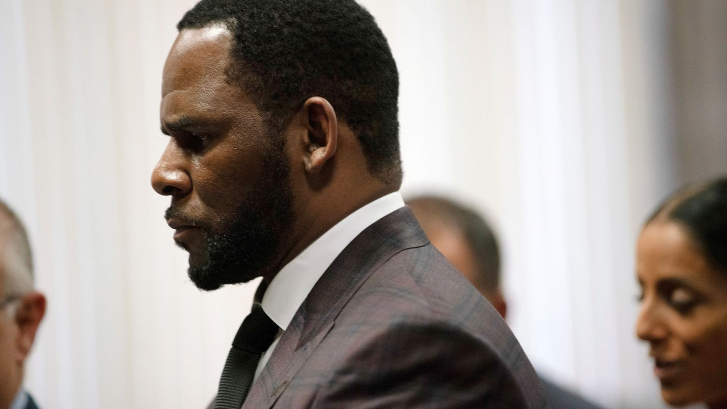 R. Kelly appears for a hearing at Leighton Criminal Court Building in Chicago, Illinois, U.S., June 26, 2019.    E. Jason Wambsgans Chicago Tribune Pool via REUTERS