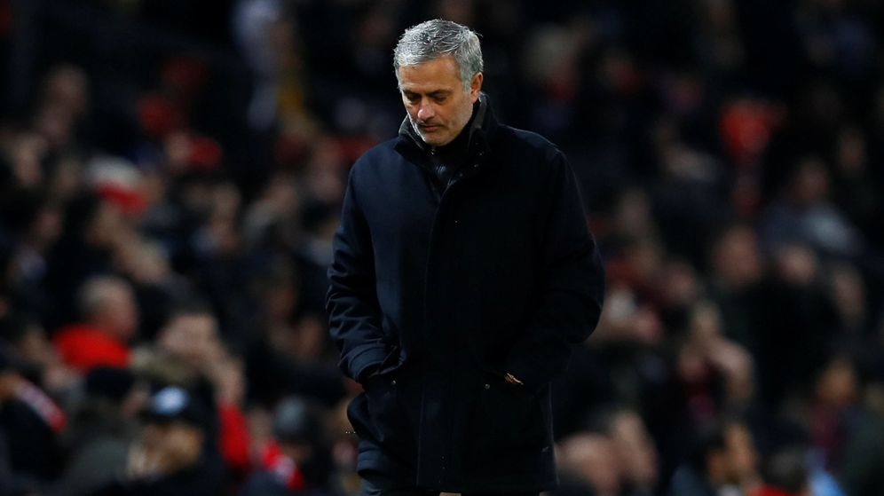 Foto: Mourinho, cabizbajo en Old Trafford. (Reuters)