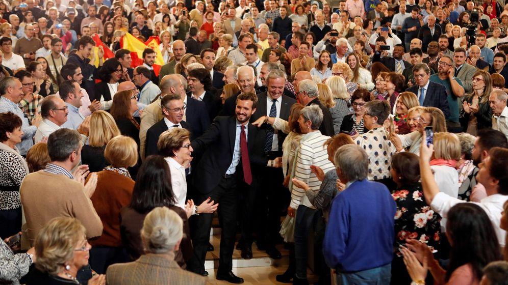 Foto: El líder del PP, Pablo Casado (c), durante un acto de campaña electoral en el Palacio de Congresos de Zaragoza. (EFE)