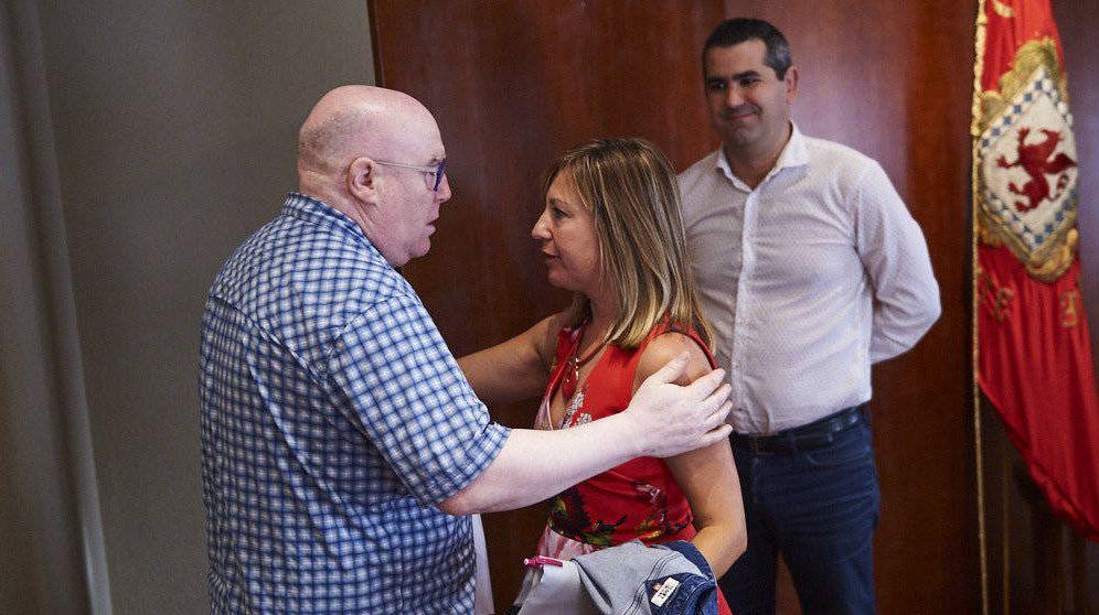 Foto: Pleno de dimisión de la alcaldesa de Huarte. En la imagen Alfredo Arruiz saluda a Amparo López. (Miguel Osés. Navarra.com)