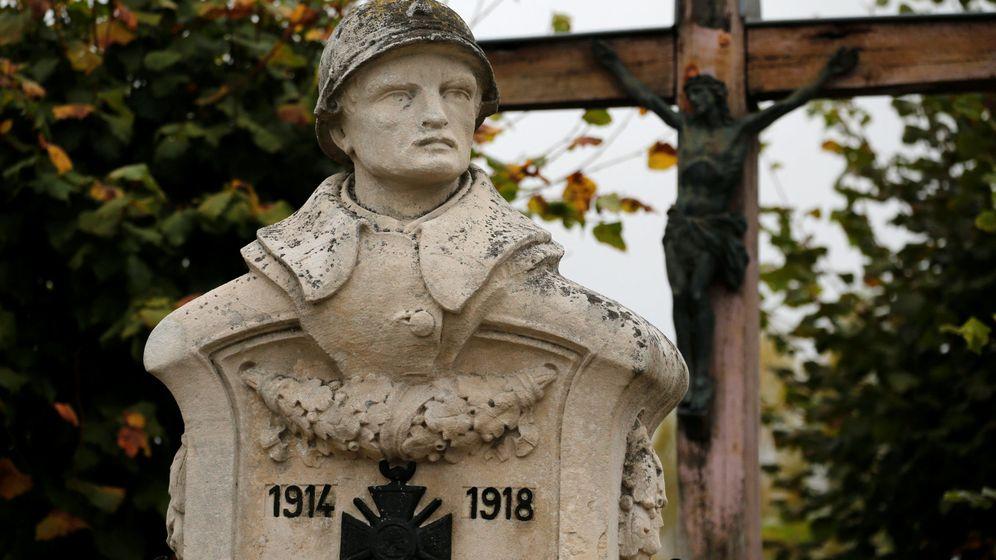 Foto: Estatua de un soldado francés de la Primera Guerra Mundial en Doulcon, Francia. (Reuters)
