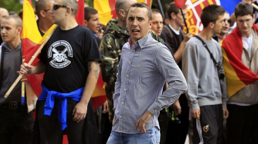 Foto: Uno de los dirigentes de las Juventudes de Democracia Nacional, Pedro Chaparro (c), relacionado con el ataque a la librería Blanquerna. (EFE)
