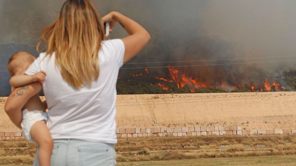 Más refuerzos para extinguir el incendio de Monóvar, que arrasa ya 140 hectáreas