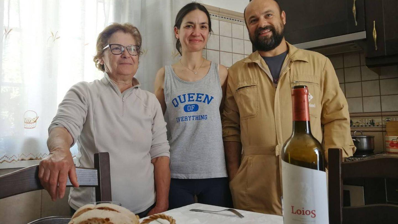 Los Coelho, familia de pastores del Algarve, reciben a los visitantes con queso y vino. (ST)
