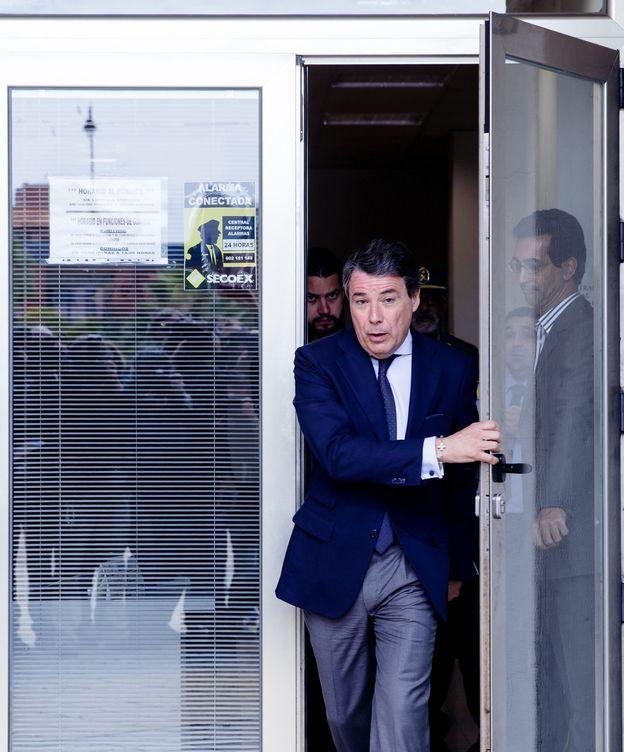 Foto: Ignacio González sale de los juzgados de Estepona tras declarar como investigado el pasado abril en el caso ático. (EFE)
