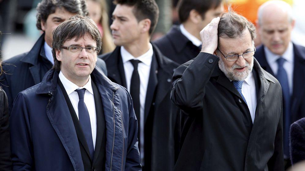 Foto: El presidente del Gobierno, Mariano Rajoy, junto al 'expresident' Carles Puigdemont, en el homenaje a las víctimas de Germanwings. (Reuters)