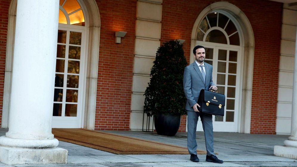 Foto: Alberto Garzón, ministro de Consumo, al llegar al Palacio de la Moncloa para su primer Consejo de Ministros. (EFE)