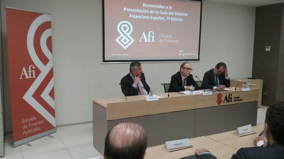 Foto: Fernando Restoy, en el centro, durante su intervención en la presentación de la 'Guía del sistema financiero español'. (Afi)