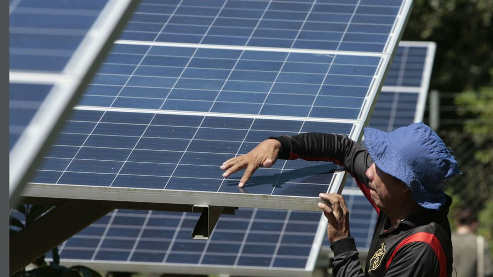 Foto: Un operario instala una placa solar. (EFE)