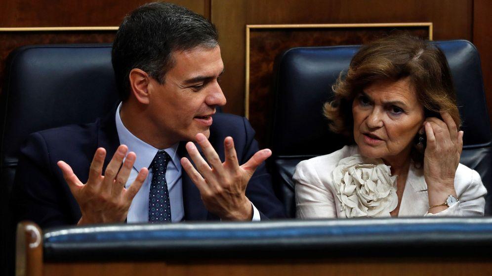 Foto: Pedro Sánchez, en su escaño junto a Carmen Calvo, durante el debate de investidura. (EFE)