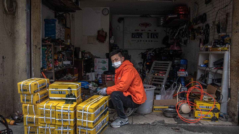 Un hombre, en las calles de Wuhan este lunes. (Reuters)