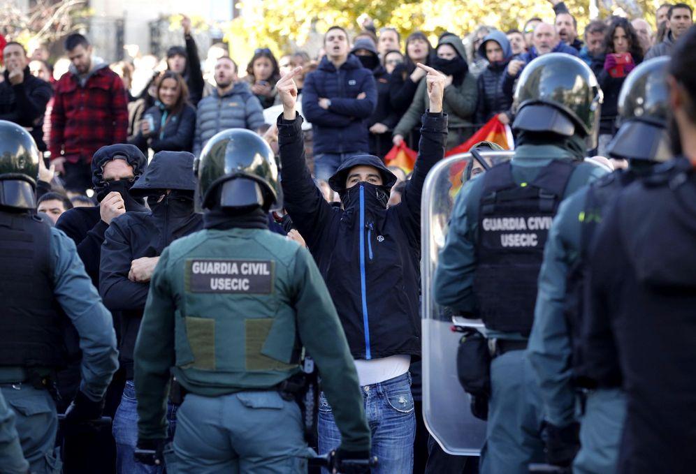 Foto: Agentes de la Guardia Civil establecen un cordón ante los vecinos del municipio para proteger el acto de España Ciudadana en Alsasua. (EFE)