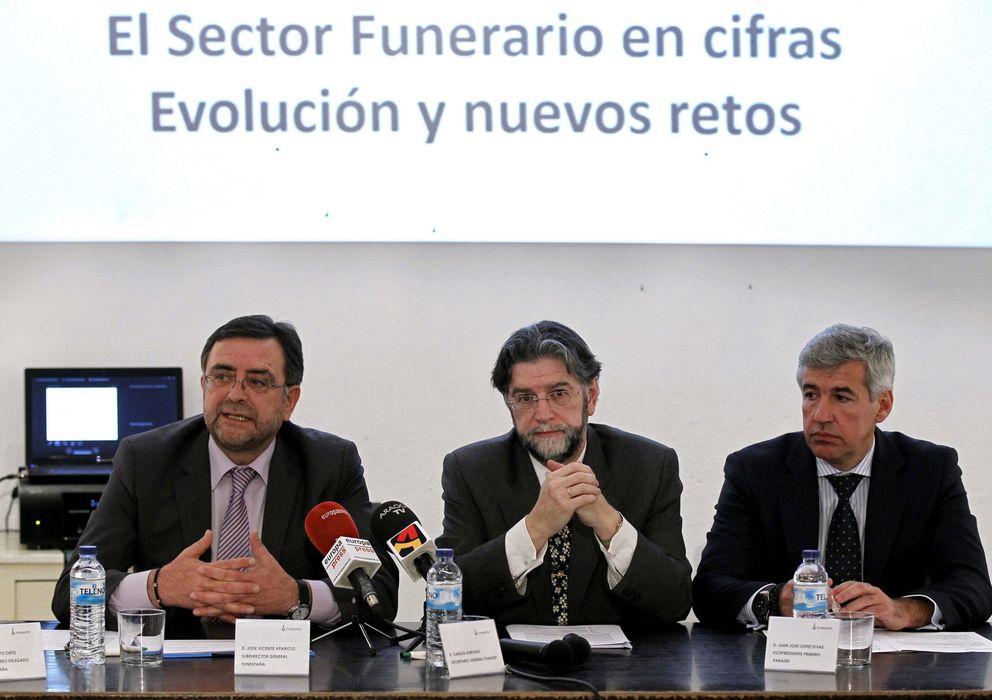 Foto: El director general de Funespaña, José Vicente Aparicio (i); el secretario general de la Patronal Nacional de Servicios Funerarios (Panasef), Carlos Hurtado (c), y el vicepresidente de esta patronal, Juan José López (d)