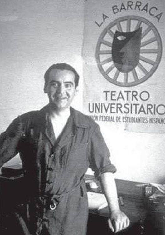 Foto: Federico García Lorca con un cartel de La Barraca