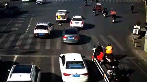Un niño cae del maletero de un coche en marcha y sus padres no se enteran