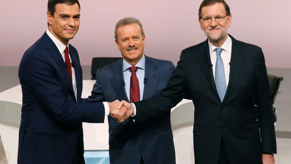 Foto: Pedro Sánchez y Mariano Rajoy junto a Campo Vidal en el debate de este lunes. (Efe)