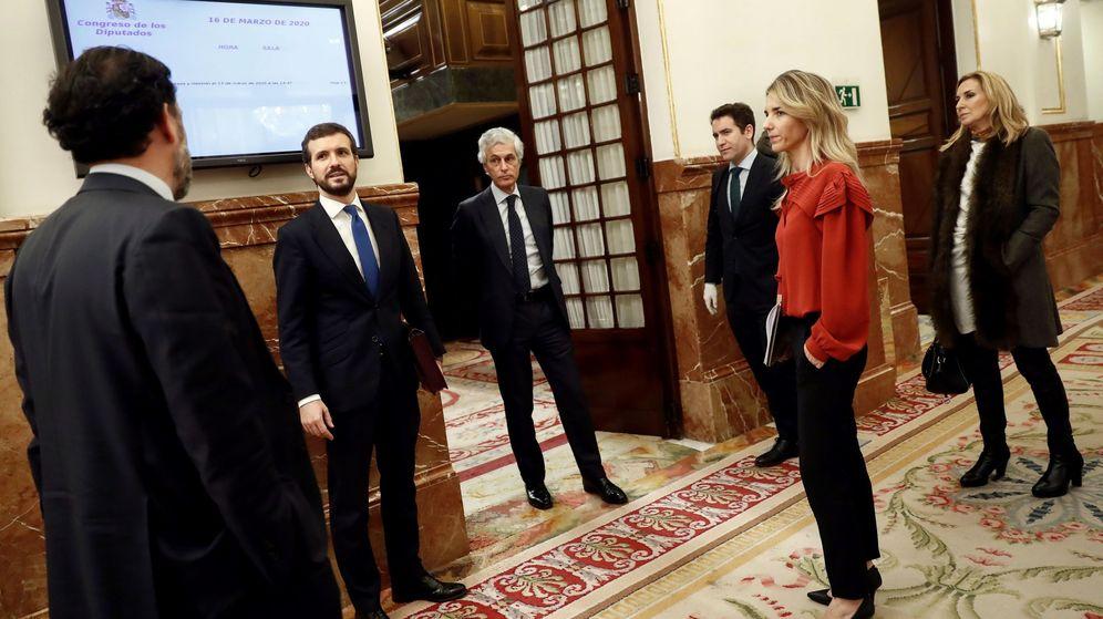 Foto: El líder del PP, Pablo Casado junto con otros miembros del partido en los pasillos del Congreso tras el pleno extraordinario celebrado el pasado miércoles. (EFE)
