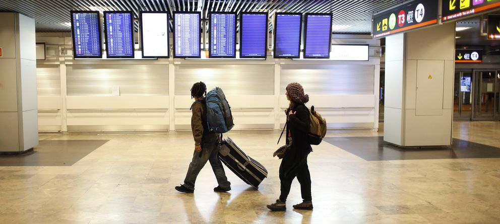 Foto: Un joven español se dirige a su vuelo en el aeropuerto de Barajas (Reuters)