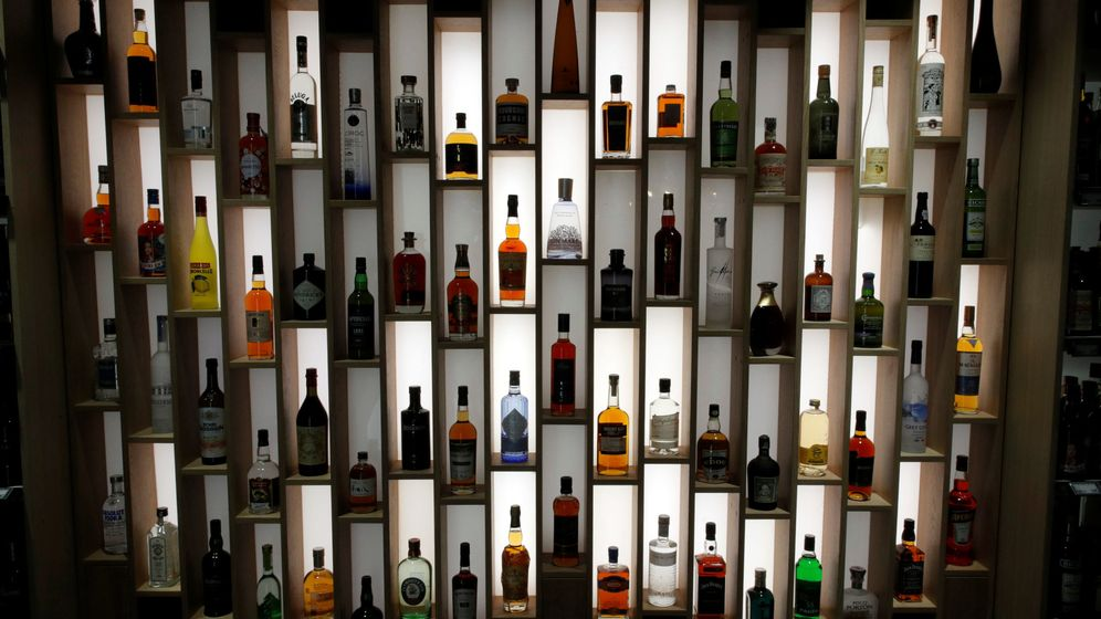 Foto: Bottles of alcohol are put on display inside a high-tech store named le 4 casino in paris