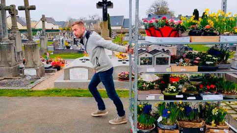 Un florista francés decora un cementerio tras cerrar su tienda por el coronavirus