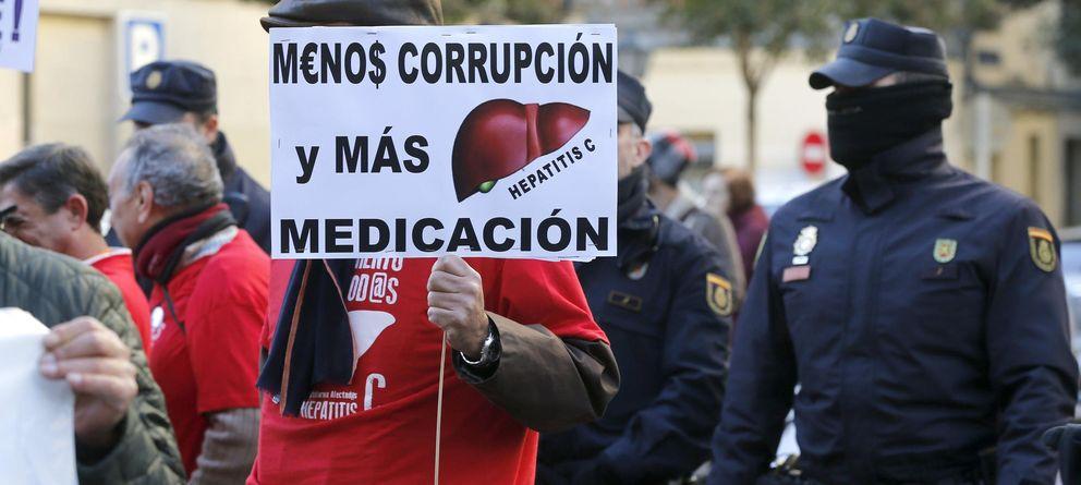Foto: Un manifestante en una de las varias protestas organizadas por la Plataforma de Afectados por la Hepatitis C (PLAFHC). (Efe)