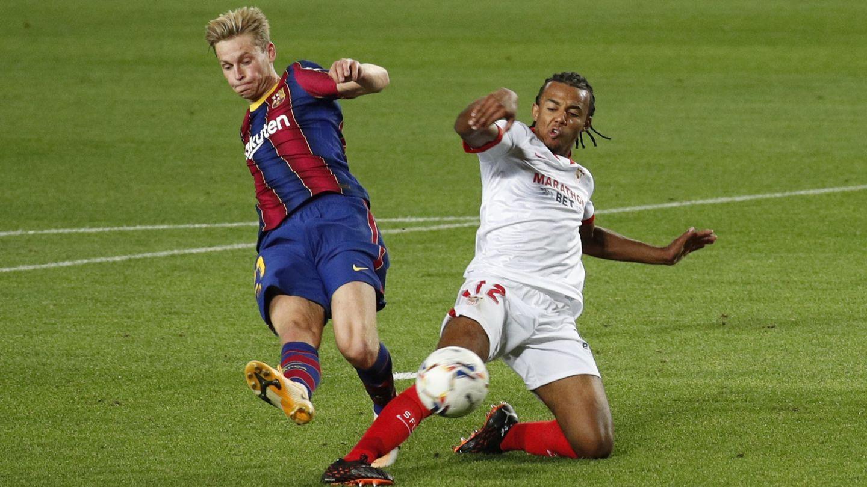 Jules Koundé evita por los pelos un remate de Frenkie de Jong. (Reuters)