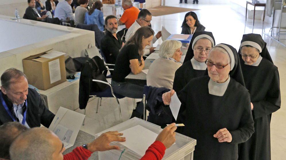 Foto: Anécdotas de las elecciones vascas y gallegas. En la foto, unas monjas votan en Santiago de Compostela (EFE)